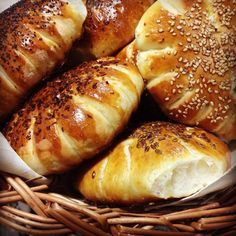 Bread rolls with lben and olive oil Beignets, Crepes, Baguette, Middle East Food, Algerian Recipes, Algerian Food, Homemade Dinner Rolls, Cottage Pie, Pizza