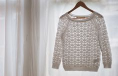 Would love to find a knitting pattern like this lovely sweater