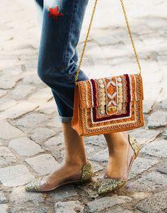 Francesitas glitter con bolso bandolera cuentas en naranja. Jeans bordados estrellas.