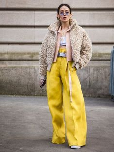 Spring Look Picture Description Swag street style inspiration for Fashion Weeks, Fast Fashion, Fashion 2018, Paris Fashion, Fashion Fashion, Street Fashion, Retro Fashion, Yellow Fashion, Modest Fashion