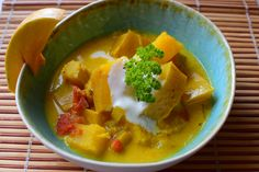 Kürbiscurry | Feel the Meal Thai Red Curry, Ethnic Recipes, Food, Creamy Sauce, Cilantro, Vegan Curry, Pumpkin Curry, Coconut, Meal