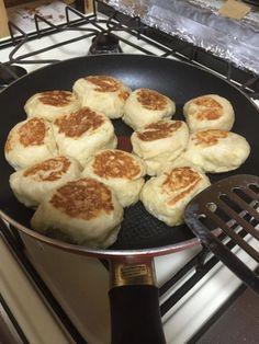 今話題のポリ袋で作る「ポリパン」を知っていますか?ポリ袋とフライパンという身近な調理道具を使って作ることができ、手軽で失敗知らず!ポリ袋にドライイースト(天然酵母)などの材料を入れてふり、発酵させて焼くだけ!アレンジレシピもご紹介します。 (2ページ目)