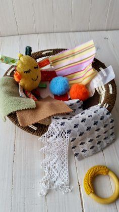 La cesta o panera de los tesoros en una propuesta de juego basado en la pedagogía Montessori  de la que os hablamos recientemente.     ...