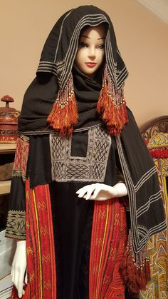 Tribal traditional women dress from Hijaz part of Saudi Arabia (Bani Saad tribe? Astonishing beadwork and tassels decoration on headpiece. Folk Costume, Costumes, Orientation Outfit, Hijab Fashion, Fashion Outfits, Women's Fashion, Arabic Dress, Caftan Dress, Traditional Outfits