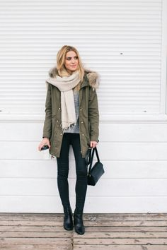 Parka jacket, grey sweater, black jeans, black boots and a beige scarf. Love this simple winter outfit. The parka looks so warm! Winter Outfits Warm Casual, Winter Coat Outfits, Cute Spring Outfits, Casual Outfits, Winter Coats, Winter Parka, Black Jeans Outfit Winter, Green Winter Coat, Classic Outfits