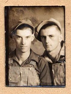 Two men in great overalls. Vintage Couples, Cute Gay Couples, Vintage Love, Vintage Images, Vintage Men, Retro Men, Lesbian Couples, Vintage Black, Mode Masculine