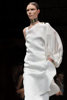Spring 2013 Trend: For the Frill of It All (Givenchy RTW Spring - Mode prêt à porter - Haute couture - Givenchy White Fashion, Love Fashion, Fashion News, Runway Fashion, Fashion Show, Womens Fashion, Fashion Trends, Givenchy, Valentino