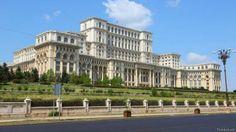"""Palácio do Parlamento, Bucareste, Romênia - O maior e mais caro edifício governamental civil do mundo, o Palácio do Parlamento é verdadeiramente uma maravilha desconhecida. """"Construído pelo odiado líder comunista Nicolae Ceausescu, o prédio é tão grande que é difícil tirar uma foto que faça jus a sua escala"""", afirma o usuário do Quora Jann Hoke, advogado que trabalhou no local em meados dos anos 90. Erguido em 1984, o edifício em estilo neoclássico tem 12 andares (com mais oito andares no…"""