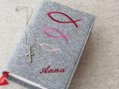 Ein persönliches und individuelles Geschenk zur Kommunion! Dieser Umschlag für das katholische Gebets- und Gesangbuch ist ein ganz besonderes Geschenk!  Hier mit Fischen in Rot/Rosé-Tönen....