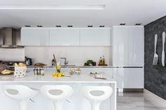 El equipo de De Otro Tiempo estuvo a cargo del proyecto de ampliación de esta brillante cocina de planos lisos y contundentes recursos estructurales y decorativos
