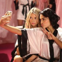 vs-selfie Queen Elizabeth, Afternoon Tea, Sari, Selfie, Couple Photos, Womens Fashion, Tips, Organization, Drink