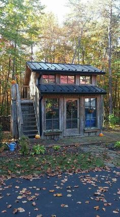 40 The Best Rustic Tiny House Ideas - HOOMDESIGN With the introduction of advanced building systems and ready usage of cranes and other heavy equipment, little cabin homes have become a favorite choice both in the rural and suburban [Continue Read] Shed To Tiny House, Tiny House Cabin, Tiny House Living, Tiny House Design, Cabin Homes, Tiny Homes, My House, Tiny House Office, Rustic House Design