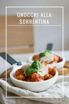 Gnocchi alla Sorrentina sind ein supereinfaches Rezept, das man fix nach Feierabend in den Ofen schieben kann. Wenige Zutaten und trotzdem super lecker. #gnocchi #pasta #tomate #mozzarella #parmesan