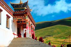 Sershul Tekchen Dargyeling is an important monastery of the Gelukpa School, located 20 km west of Deongma. This is currently the largest monastery in Sershul county, with 1200-1300 monks divided into six colleges, under the guidance of the youthful but charismatic Drukpa Rinpoche