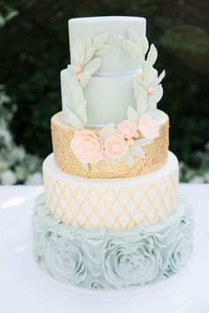Blue and gold wedding cake | Photography: Anouschka Rokebrand - http://anouschkarokebrand.com/