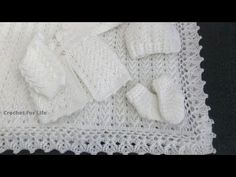 Here you will find an amazing patterns for a crochet baby set which be highly appreciated by any new mom or dad! Cardigan Au Crochet, Crochet Baby Socks, Cardigan Bebe, Baby Romper Pattern, Crochet Baby Blanket Free Pattern, Baby Sweater Patterns, Baby Afghan Crochet, Baby Clothes Patterns, Crochet Baby Clothes