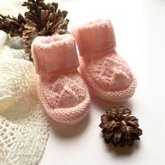 Les p'tites pattes du Noël shabby chic des Copinettes Baby Shoes, Slippers, Shabby Chic Christmas, Knits, Sneakers, Baby Boy Shoes, Slipper