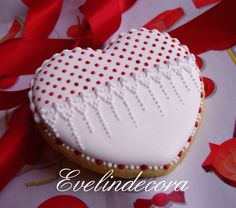 Heart cookie with edible glitter Evelindecora Lace Cookies, Heart Cookies, Cupcake Cookies, Sugar Cookies, Cookies Et Biscuits, Cupcakes, Valentines Day Cookies, Valentine Nails, Valentine Ideas