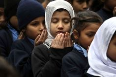 Encore sous le choc, le Pakistan pleurait ce mercredi les 148 morts, la plupart des enfants, massacrés la veille par un commando taliban à Peshawar, un acte condamné dans le monde entier qui met la pression sur Islamabad pour mettre à ces attaques rebelles.De nombreux commerces et écoles étaient fermés, et des cérémonies de prières organisées en mémoire des victimes à travers un pays encore sonné, où les appels se multipliaient pour faire cesser une bonne fois pour toute les attentats ...