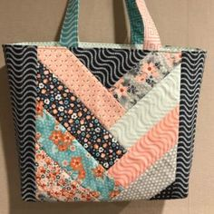 Quilted Tote Bags, Denim Tote Bags, Diy Tote Bag, Patchwork Bags, Reusable Tote Bags, Crazy Patchwork, Quilted Purse Patterns, Bag Patterns To Sew, Tote Pattern