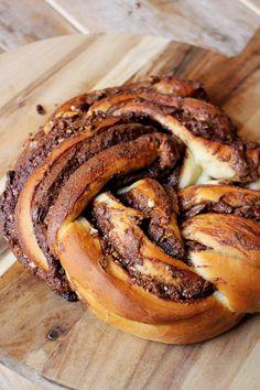 Dit gevlochten Nutella-brood met kaneel en hazelnoten kan natuurlijk altijd, maar staat extra feestelijk op een mooi gedekte tafel tijdens de paasbrunch. Het ...