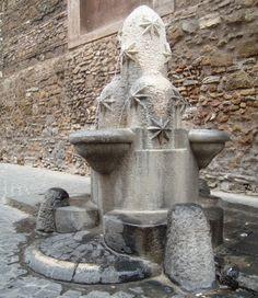 Fontanella dei Monti ,  Esquilino ,  via di S. Vito ; realizzata da Pietro Lombardi nel 1927,  riproduce lo stemma rionale ispirato ai tre colli originariamente compresi nel rione (Esquilino, Viminale e Celio), dai quali sgorga l'acqua che ricade in altrettante vaschette sospese