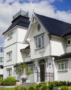 Gamle tårnhuset rest på Kolbotn Restaurant, Mansions, House Styles, Home Decor, Decoration Home, Manor Houses, Room Decor, Diner Restaurant, Villas