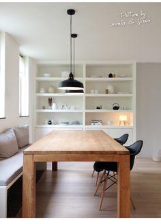 Plaatsbesparend en comfortabel: lange bank met kussen aan de wand bij de eettafel | Interieur design by nicole & fleur