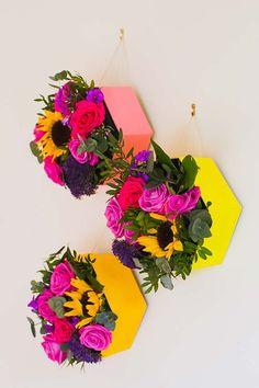 Caixa de papelão e flores coloridas na decoração de casamento faça você mesmo