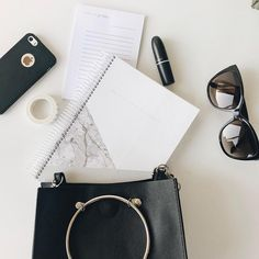What's In Your Bag? 👛⠀⠀⠀#myyplanner #myplanner #planner #planneraddict #plannerlove #plannerlife #officelife #office #business #businesswoman #table #onthetable #tablesituation #agenda #agendasemanal #agenda2018 #details #minimalism #minimal #marble #stationary #bag
