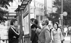Чтение газет с уличного стенда. Москва. РСФСР. СССР. 1981 год  СССР в фотографиях | СПЛЕТНИК