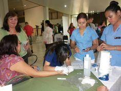 Asistentes haciendo uso de los servicios en la feria de salud.