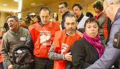 Los enfermos de hepatitis C estallan contra el PP en el Parlamento   Galicia   EL PAÍS