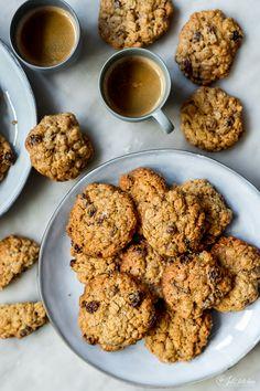 L'aggiunta dell'avena e della nota fruttata dell'uvetta rende questi biscotti perfetti per regalare o per sgranocchiare davanti alla tv.