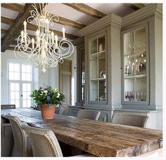 Tudo perfeito! Teto, mesa, armário...