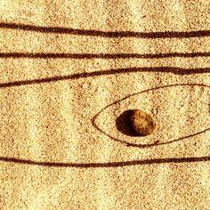 Leonie Barton - land work, linee curve chiuse in cui è inscritto un sasso