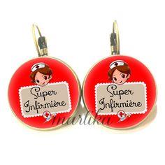 Boucle d'oreille dormeuse cabochon verre * super infirmière fond rouge * port offert : Boucles d'oreille par bijoux-martika-creation