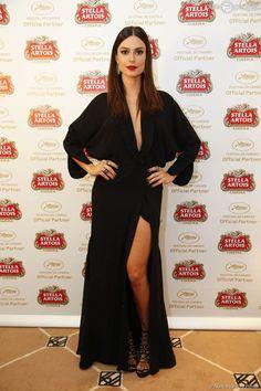 Thaila Ayala apostou com vestido preto com decotão e fenda no Festival de Cannes