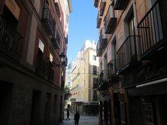 Mañana de domingo cerca de la Plaza Mayor, Madrid by voces, via Flickr