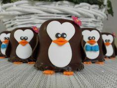 Ik+kwam+van+de+week+nog+zon+ontzettend+leuk+idee+tegen+om+te+trakteren.+Pinguïn+negerzoenen.+Hoe+lief+zijn+die+om+te+trakteren+op+school+of+op+de+crèche.+(De+marsepein+plak+je+vast+met+gesmolten+chocolade.) Candy Crafts, School Treats, Baking With Kids, Birthday Treats, Happy B Day, Cake Pops, Food Art, High Tea, Sweet Recipes
