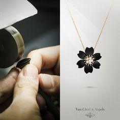 Dive into Van Cleef & Arpels' homage to its Rose de Noël collection with the clip pendant in onyx. The final polish accentuates the brilliance of the stone and lends a crowning radiance to the ensemble.