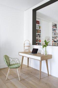 bureau scandinave blanc aménagé avec une table en bois clair à tiroir blanc et une chaise en vert pastel