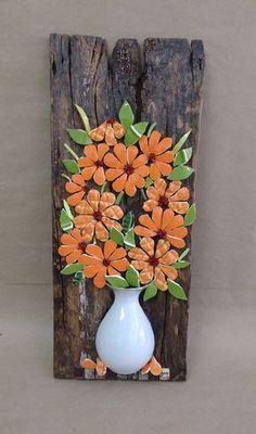Quadro em madeira tipo demolição, com trabalho em mosaico de pastilhas de vidros, pastilhas de cerâmicas e flores em louças. - Técnica Picassiette.