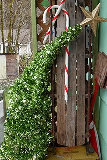 DIY whoville christmas tree from tomato cages, ahhh going to find a cage now. Grinch Christmas Party, Merry Christmas, Grinch Party, Christmas Yard, Office Christmas, Primitive Christmas, All Things Christmas, Christmas Holidays, Christmas Crafts