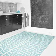Helmi heter den fina retromönstrade mattan i turkosvita färger från Brita Sweden. Mattan Helmi finns även i flera färger och i en större storlek som passar för hemmets alla rum!