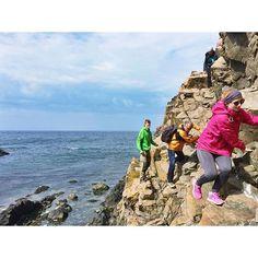 Am Kullaberg kann man super wandern und klettern. Entweder auf eigene Faust oder wie hier, mit @kullabergsguiderna. Die kennen die besten Wege um sicher, schnell und mit spektakulärer Aussicht von einer Grotte zur nächsten zu kommen. Absolut empfehlenswert!  (Ja, ihr seht richtig, hier scheint die Sonne und es sind fast 20 Grad!)