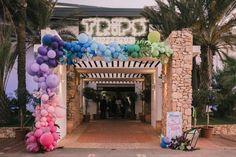 Spanish beach wedding with iridescent wedding decor, balloons and ...  #balloons #Beach #decor #iridescent #Spanish #wedding Wedding Balloon Decorations, Balloon Centerpieces, Wedding Balloons, Bridal Headdress, Spanish Wedding, Balloon Arch, Air Balloon, Festival Wedding, Industrial Wedding