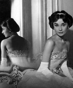 """Audrey Hepburn en una foto promocional para""""Ariane"""" (Love in the Afternoon), 1957"""