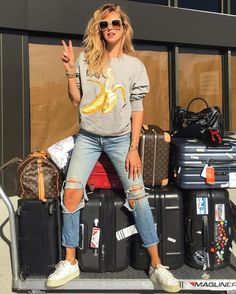 ChiaraFerragni_Style: Bye New York and #NYFW . From ChiaraFerragni_Style closet LOUIS VUITTON Horizon 50 ACNE STUDIOS Carly Banana棉质套头衫 SAINT LAURENT 40毫米COURT经典皮革运动鞋, 白色