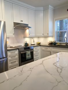 Little Kitchen, New Kitchen, Kitchen Ideas, Quartz Countertops Colors, Black Appliances, Kitchen Family Rooms, Condo, Kitchen Cabinets, New Homes